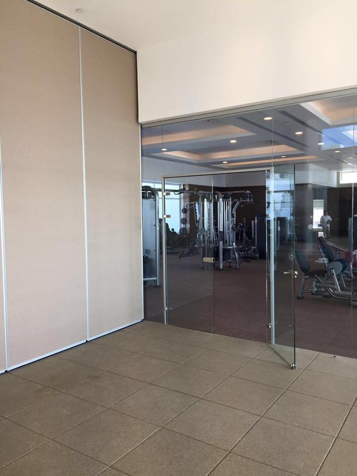 Ecarsa Muro móvil Moderco y puerta doble sistema Style Glass